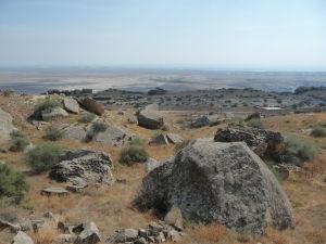 Národný park Gobustan - Výhľad na planinu rozliehajúcu sa až ku Kaspickému moru (kedysi bola tiež morským dnom)