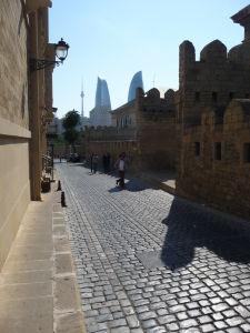 Hradby starého mesta a v pozadí dominanta celého Baku - Plamenné veže