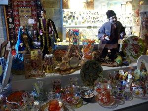 Tradičné azerbajdžanské výrobky v miestnom obchodíku so suvenírmi