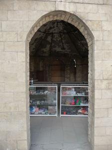 Yanar Dag - obchodík so suvenírmi