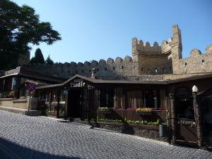 Dnes opevnenie mesta lemujú reštaurácie a obchodíky