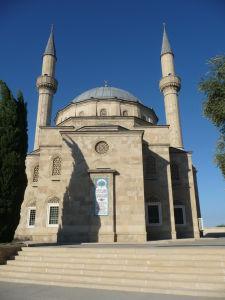 Maličká mešita krčiaca sa pri Plamenných vežiach
