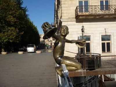 Most Tetri a socha pripomínajúca príbeh chlapca, ktorý niekomu ukradol klobúky a skočil do rieky