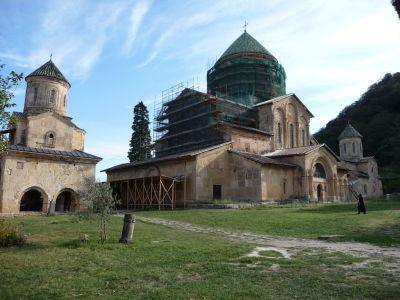 Tri kostoly (zľava sv. Mikuláša, Panny Márie a sv. Juraja) kláštora Dželati