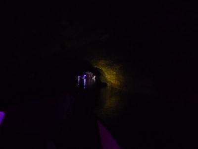 Prométeova jaskyňa - Loďky na podzemnom jazere nás odvážajú von