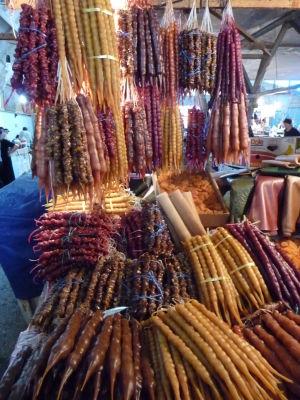 Tržnica v Kutaisi - Gruzínska pochúťka čurčchela z hrozna a arašídov