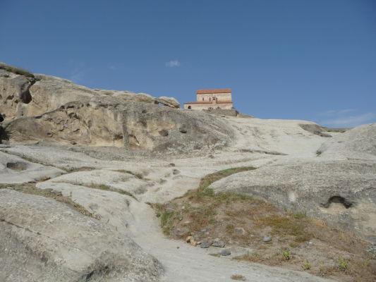 Zvyšky kamenného mesta Uplisciche - na jeho vrchole stojí ortodoxný kostolík z 9. storočia