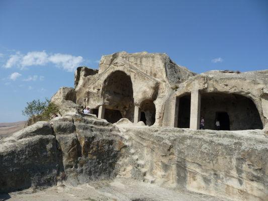 Zvyšky kamenného mesta Uplisciche - hlavný komplex budov - v tých najväčších je možné vidieť stĺpy či výzdobu