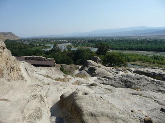 Zvyšky kamenného mesta Uplisciche - výhľad na údolie s riekou Mtkvari