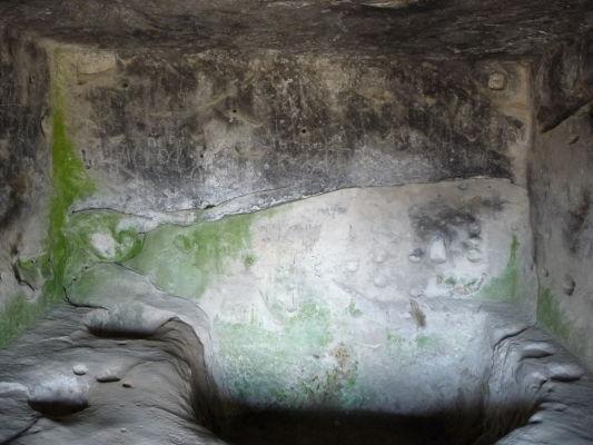 Zvyšky kamenného mesta Uplisciche - zvyšky jednej z miestností, kde je možné vidieť otvor, ktorý kedysi slúžil ako nádrž na vodu