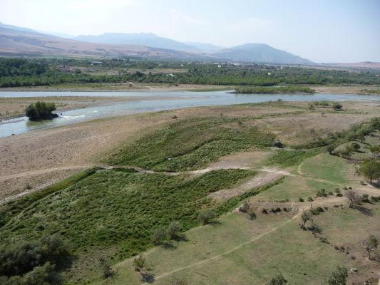 Zvyšky kamenného mesta Uplisciche - výhľad na údolie s riekou Mtkvari, vpravo je možné vidieť ďalšie ruiny mesta