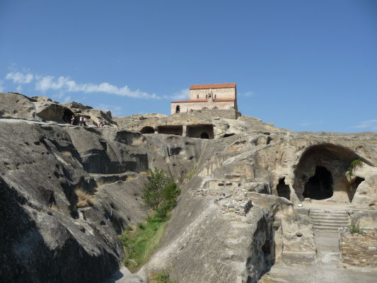 Zvyšky kamenného mesta Uplisciche - na vrchole ruín stojí ortodoxný kostolík z 9. storočia