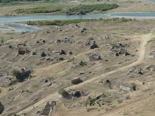 Zvyšky kamenného mesta Uplisciche - výhľad na údolie s riekou Mtkvari, v strede je možné vidieť ďalšie ruiny mesta