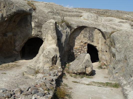 Zvyšky kamenného mesta Uplisciche - miestami je stále vidieť pôvodné budovy vytesané do skaly