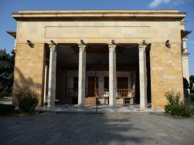 Rodičovský dom Džugašviliho - Obalený vo vcelku nevkusnej budove