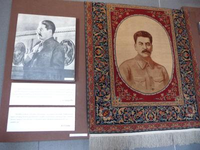 Stalin na fotke a Stalin na koberci