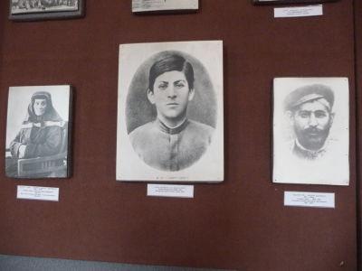 Džugašvili (uprostred) a jeho rodičia
