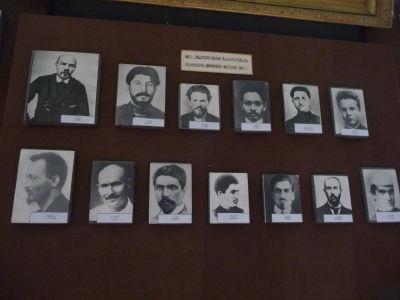Boľševici na čele s Leninom a mladým Stalinom
