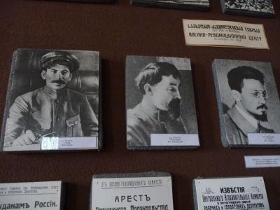 Mladý Stalin vľavo