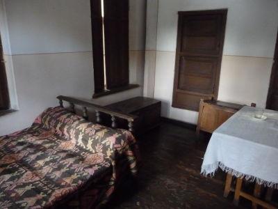 Útroby rodičovského domu Džugašviliho - Na tejto posteli možno kedysi sám spal...