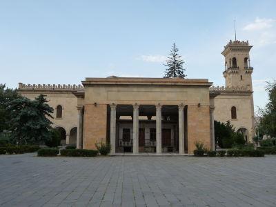 Rodičovský dom Džugašviliho vo svojom obale a za ním Stalinove múzeum
