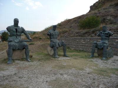 Pod hradom sedí v kruhu niekoľko zvláštnych sôch...