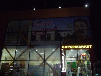 Miestny supermarket je tiež hrdý na rodáka...