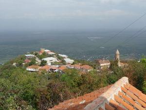 Signagi - mesto lásky - V pozadí planiny s vinicami a za nimi v hmle zasnežené hory