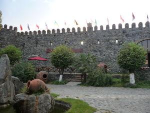 Vináreň Kindžamarauli - Zrekonštruované hradby