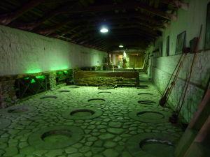 Vináreň Kindžamarauli - Tradičná výroba a skladovanie vína - Víno zrelo pod zemou