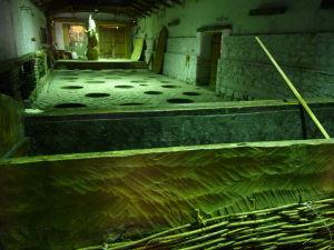 Vináreň Kindžamarauli - Miestnosť, kde zreje víno na gruzínsky spôsob, v popredí koryto používané na lisovanie vína bosými nohami