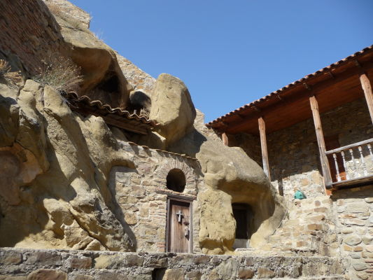 Kláštor Davida Garedžu v Gruzínsku - Nové budovy sú umne zakomponované medzi tie staré