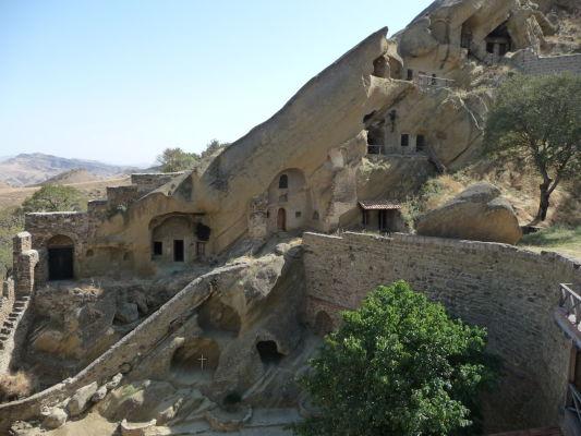 Staré cely v skalách kláštora Davida Garedžu v Gruzínsku
