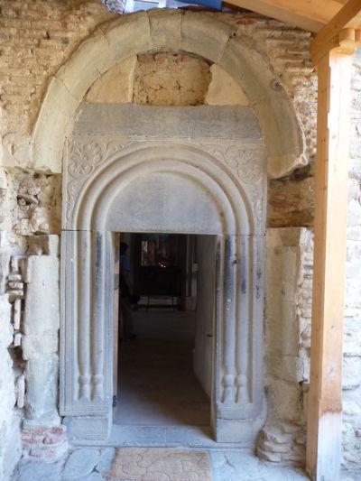 Vstup do svätyne v kláštore Davida Garedžu v Gruzínsku
