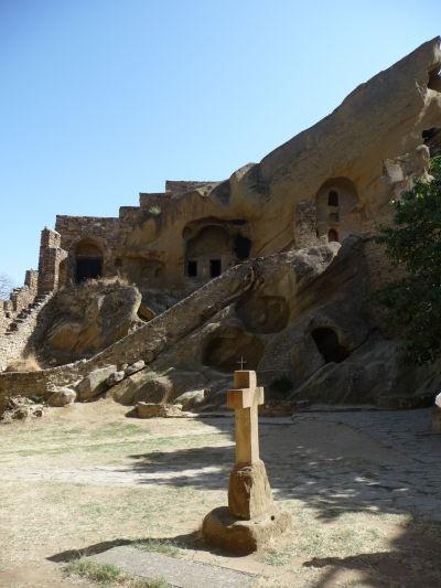 Nádvorie a staré cely v skalách kláštora Davida Garedžu v Gruzínsku