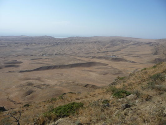 Pohľad na druhú stranu za kopcom nad kláštorom Davida Garedžu - táto vyprahnutá zem tiahnuca sa do diaľky už patrí Azerbajdžanu
