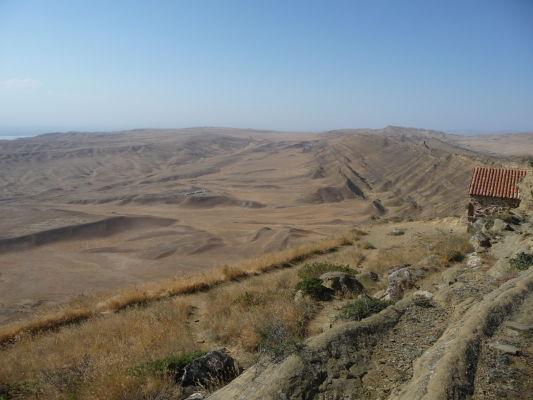 Hrebeň kopca vpravo je hranicou medzi Azerbajdžanom (naľavo od hrebeňa) a Gruzínskom