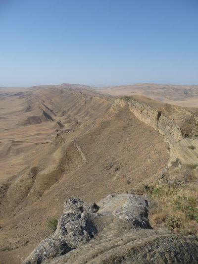 Hrebeň rozďelujúci Azerbajdžan (vľavo) a Gruzínsko (vpravo) a na ňom stará strážna vežička