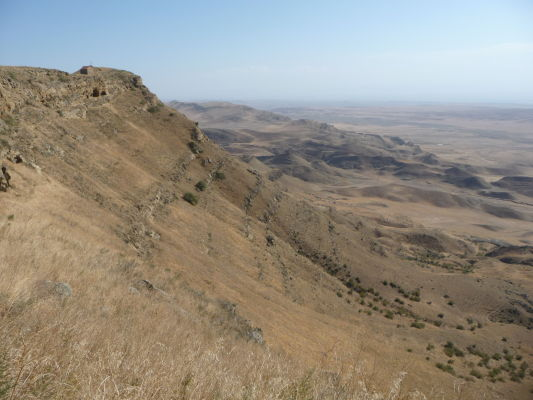 Kopec nad kláštorom Davida Garedžu - napravo už leží Azerbajdžan