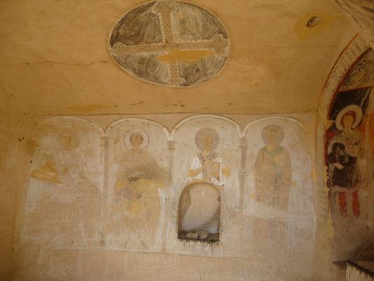 Svätyňa s pozostatkami fresiek v kláštore Davida Garedžu