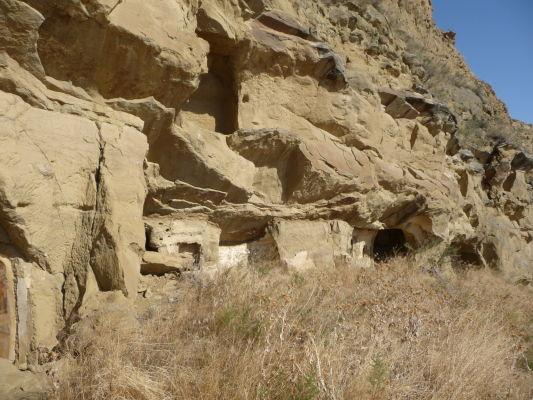Svätyne a cely vyhĺbené v skalách kláštorného komplexu Davida Garedžu na hraniciach Gruzínska a Azerbajdžanu