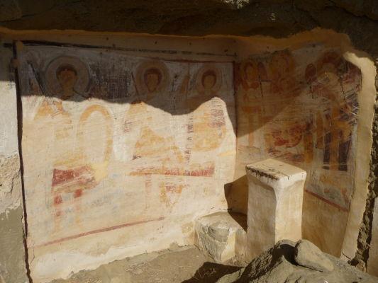 Svätyňa s pozostatkami fresiek v kláštore Davida Garedžu - Všetci svätí majú zmazané tváre