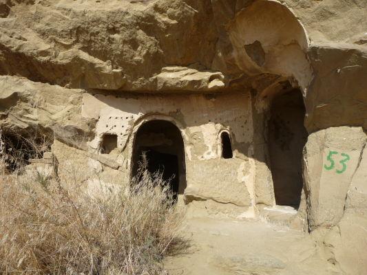 Cela vyhĺbená v skalách kláštorného komplexu Davida Garedžu na hraniciach Gruzínska a Azerbajdžanu
