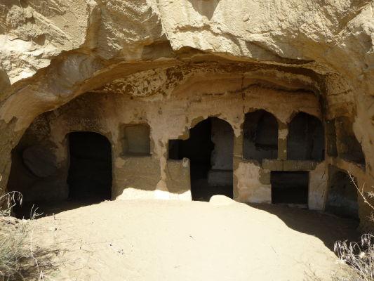 Svätyňa vyhĺbená v skalách kláštorného komplexu Davida Garedžu na hraniciach Gruzínska a Azerbajdžanu