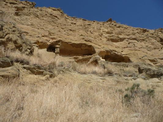 Cely vyhĺbené v skalách kláštorného komplexu Davida Garedžu na hraniciach Gruzínska a Azerbajdžanu