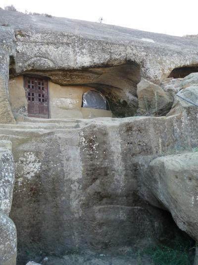 Jedna zo svätýň vyhĺbená v skalách kláštora Davida Garedžu - Táto však nie je prístupná turistom