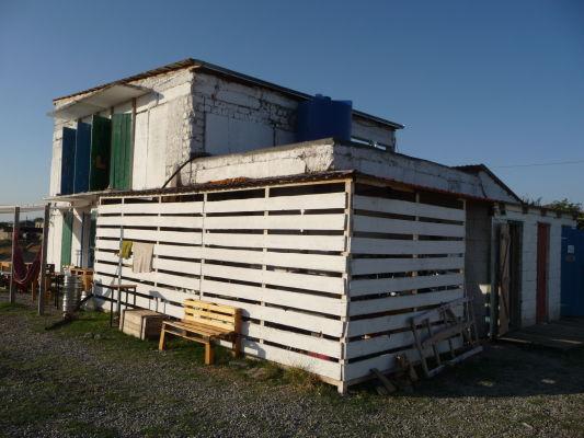Maštaľ a toalety pri Oasis Clube v Udabne