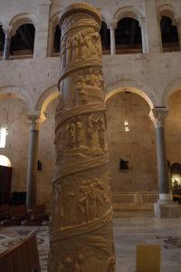 Stĺp s výjavmi z Ježišovho života - Malá inšpirácia Trajánovým stĺpom v Ríme?