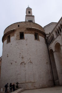 Katedrála je postavená z bieleho vápenca typického pre Bari