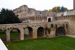 Prístupový most k hradu... nájdete na fotke dve mačky?